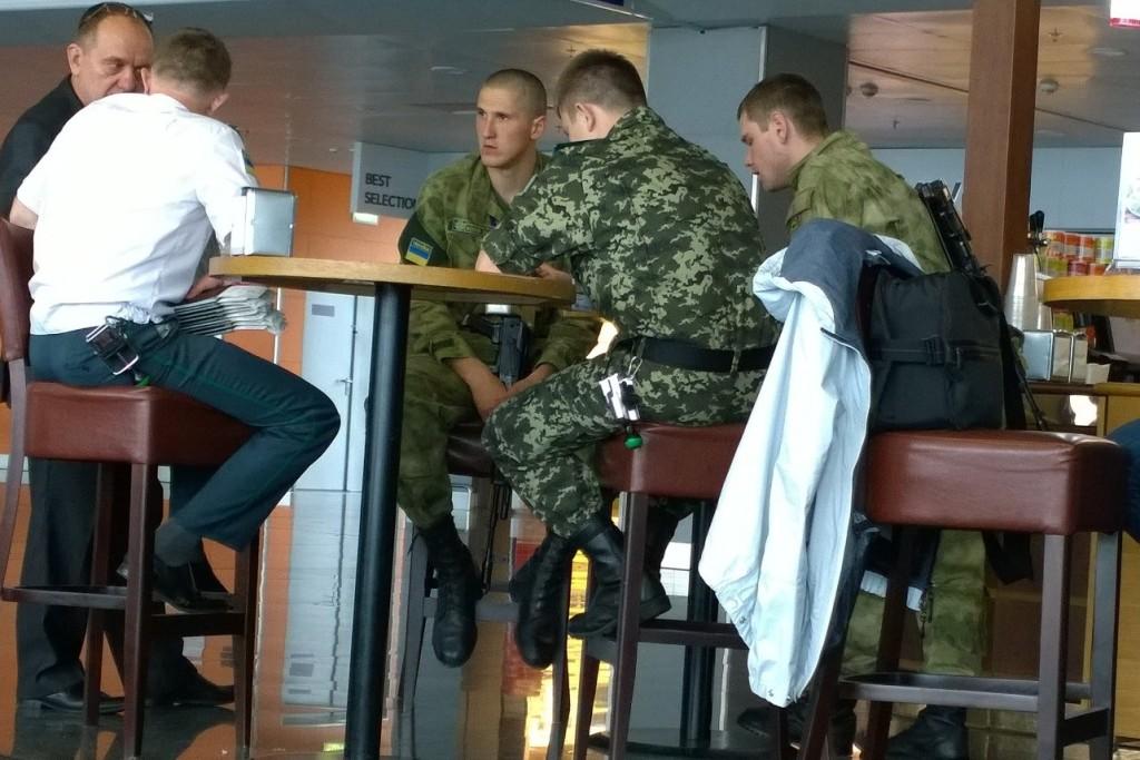 Oekraïense soldaten op vliegveld Kiev