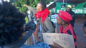 Leden van de Economic Freedom Fighters (EFF) wisten tijdens de grootschalige demonstraties tegen president Zuma in april de aandacht op zich te vestigen door opnieuw op te roepen tot het onteigenen van boerderijen van blanke boeren in Zuid-Afrika.