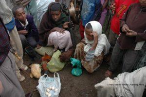 De angst voor honger is groter dan de angst voor corona, zoals hier in Ethiopië waar werk schaars wordt, maar ook voedsel omdat grenzen zijn gesloten en transport is stilgelegd. © Marc van der Sterren | Farming Africa